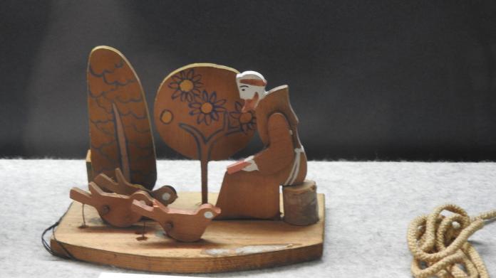 <br> 刻畫八雲當地農民的藝術作品,此為傳教士人形。(圖/黃建霖攝)