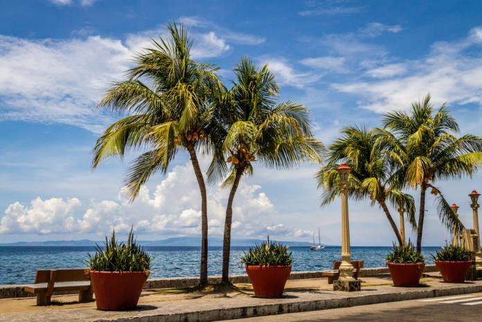 <br> 杜馬蓋地的海濱大道(Rizal Boulevard)面向大海,也能看見在海面上準備進口的船隻。當地人常在這裡散步、休閒,大道旁有許多不錯的餐館和酒吧;或是也可以買瓶啤酒,坐在大道邊的座位區品嚐當地小吃,配上路邊的街頭演奏,融入當地人的生活。