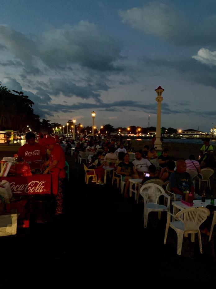 <br> 海濱大道路邊夜晚的景致,當地人下班或假日後的去處。