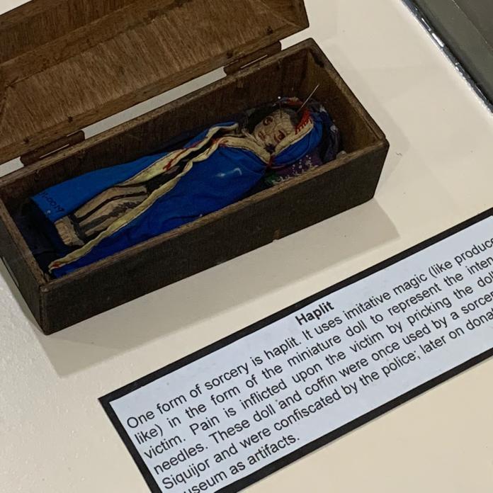<br> 人類博物館中的其中一個展示──錫基霍島的扎小人巫術。錫基霍島位於杜馬蓋地東南方,在西班牙航海時代時以當地人巫術治療水手的疾病而聞名,因此又叫做巫師島。
