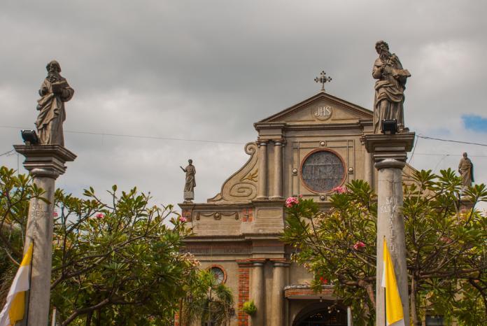 <br> 教堂外的雕像石柱。