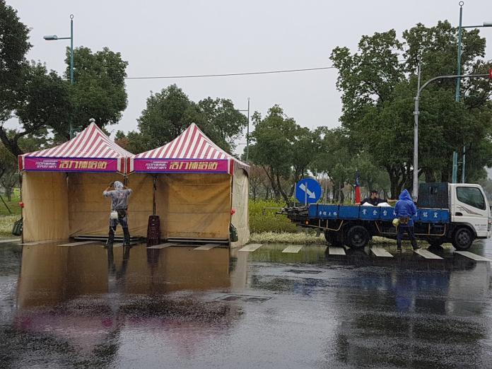 迎接元旦健行活動,工作人員冒雨搭設「活力補給站」。