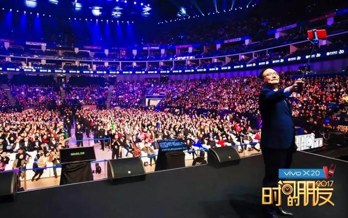 ▲羅振宇每年都以《時間的朋友》為題陪伴觀眾跨年,長達四個小時的演講,年年都座無虛席。 (圖 / 翻攝自微博)