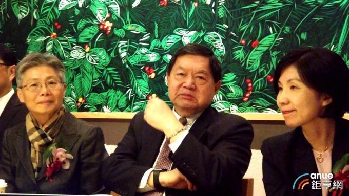 ▲ 中為遠傳董事長徐旭東,左為總經理李彬。(鉅亨網記者彭昱文攝)