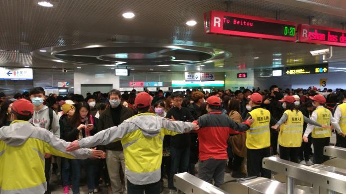 天候不佳 台北捷運跨年載了250萬人 比去年少10萬