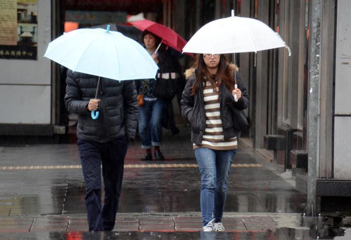 溼冷暴跌8度!3縣市「大雨狂炸」 兩度變天低溫時間曝光