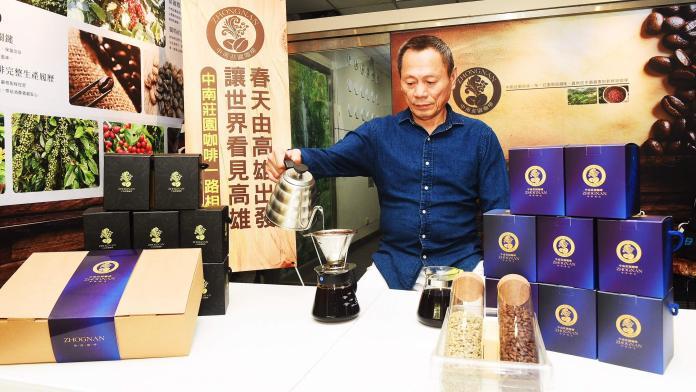客運董座轉行賣咖啡 追隨韓國瑜免費請喝現沖咖啡逾萬杯