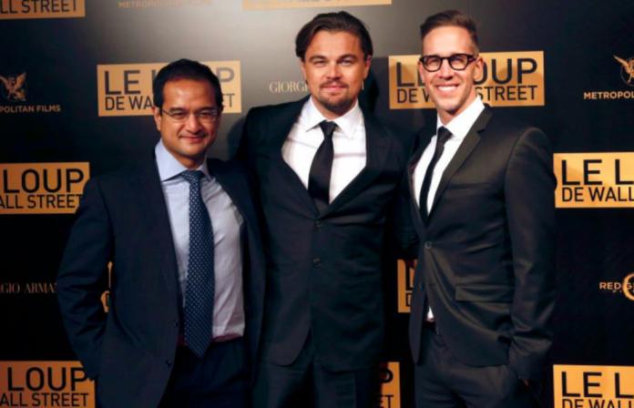 一馬貪污案關鍵人物之一,馬來西亞前首相納吉繼子阿齊茲(左)為《華爾街之狼》的製片人,與電影製片人麥克法蘭(Joey McFarland)(右)及好萊塢巨星李奧納多(中)一起出席電影首映會。(圖/翻攝網路)