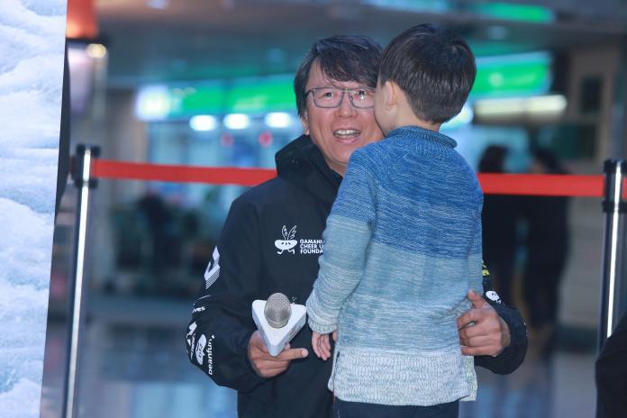 ▲橘子南極長征隊成功返國,陪同拍攝的導演楊力州也和兒子開心擁抱。(圖/記者葉政勳攝 , 2019.01.08)