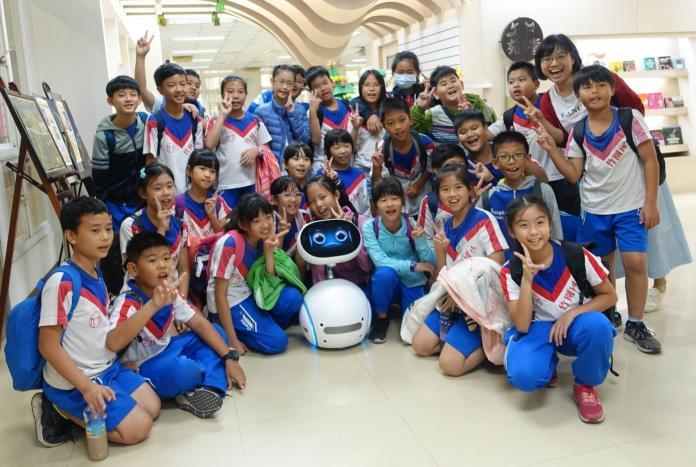▲高苑科技大學圖書館採Zenbo智能機器人導覽服務。(圖/記者黃守作攝,2019.01.08)