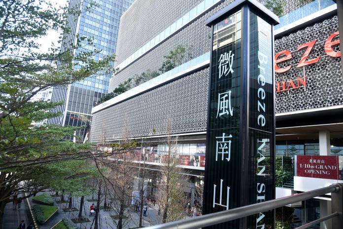 ▲微風南山今(10)日正式開幕,但傳出下午美食街跳電。(圖/攝影記者林柏年攝)