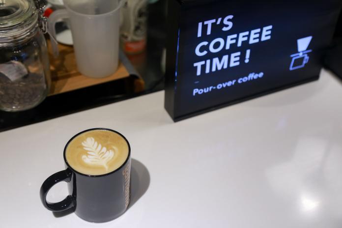 ▲拿鐵咖啡拉花可是專業的咖啡師製作。(圖/記者葉政勳攝)