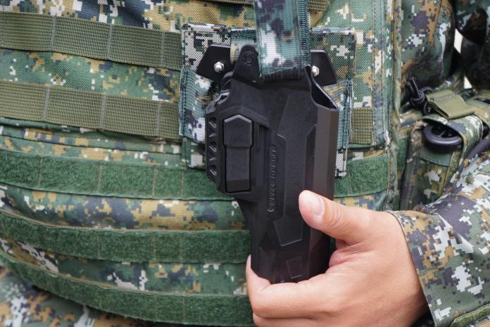 ▲國軍新配發的T75K3手槍,更仿效警方採購防搶槍套,讓官兵執勤時能更加安心。(圖/記者呂炯昌攝, 2019.1.17)