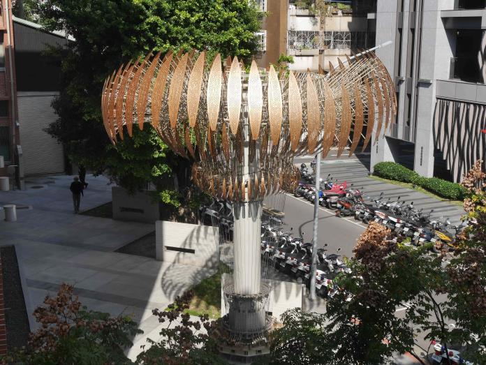 台北世大運聖火台由金屬扇葉組成,高七公尺,展現台灣工藝之美。(圖/台灣師範大學提供)