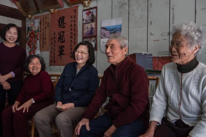 總統蔡英文走訪台南,不過先去拜訪種冠軍米的崑濱伯(圖/翻自蔡英文臉書,2019,01,19)