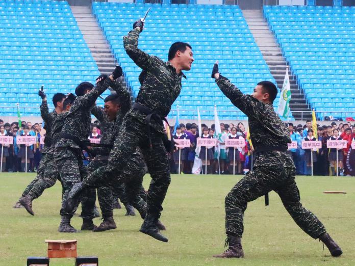 ▲高市中等學校運動會,由海軍陸戰隊學校莒拳隊表演揭開序幕。(圖/記者陳美嘉翻攝)