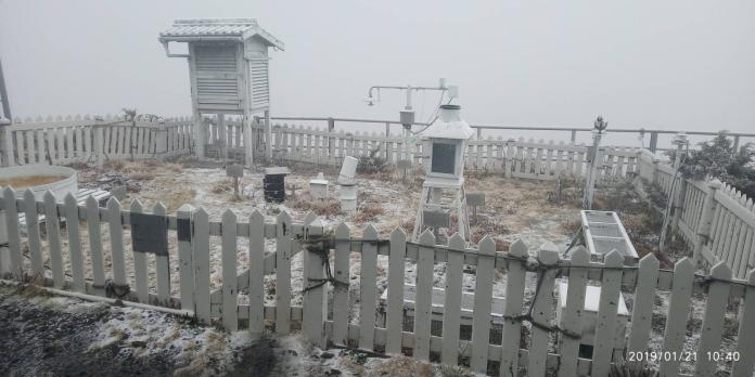快訊/玉山<b>初雪</b>來了 10:45已積雪0.7公分
