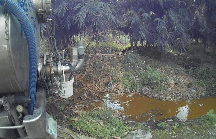 ▲水肥雖然灌溉農作物所需要的養份,但業者違法傾倒廢棄物,已經明顯觸法。(圖/保七總隊提供)