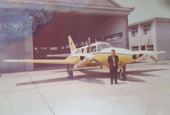 O35廖大牛先生與第一代空拍專機合影PA-31系列(入選)