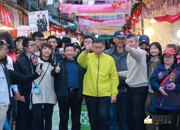 ▲台北市長柯文哲逛迪化街年貨大街。(圖/記者葉政勳攝