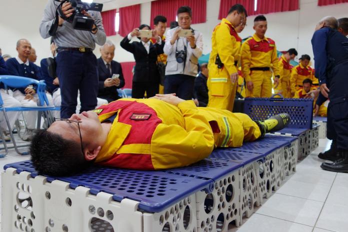 消防弟兄體驗淨斯多功能福慧床,直誇堅固又舒適