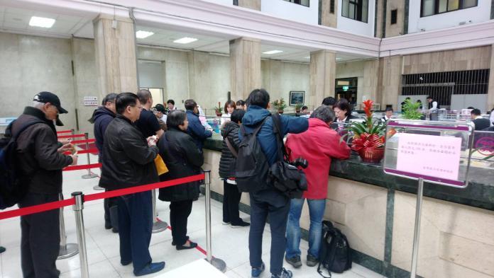 ▲過年換新鈔起跑,不少民眾一早就到台灣銀行兌換新鈔(圖/台灣銀行提供2019.1.28)