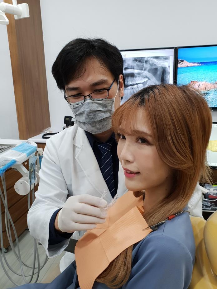 隱形矯正平價化      網美配戴台灣製造透明牙套展笑顏