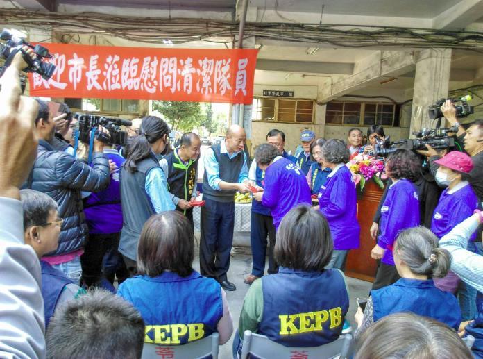 ▲市長韓國瑜致贈清潔隊員們豬年小紅包。(圖/記者蔡佳宏翻攝,2019.01.29)
