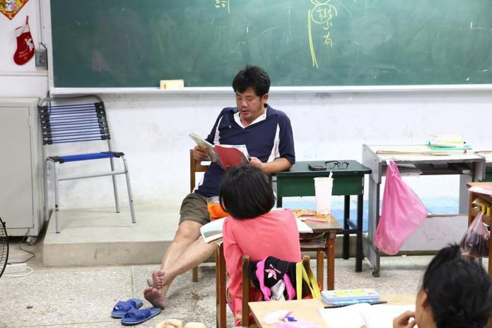 ▲總愛穿拖鞋為孩子奔走的熱血教師謝明賢,昨晚車禍身亡。(圖 / 翻攝自謝明賢臉書)