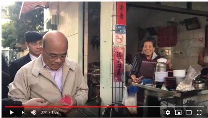 行政院長蘇貞昌29日返回屏東老家,30日早上便向從小到大的鄰居、同學說聲新年恭喜,並發放一元紅包。(圖/翻自蘇貞昌line群組,2019,01,30)