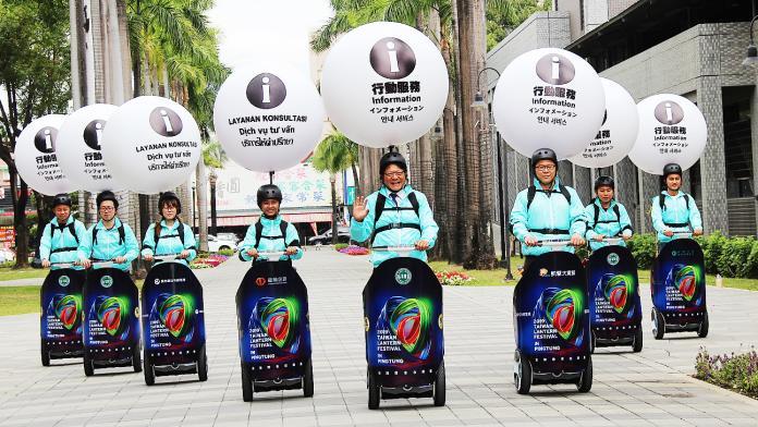 ▲潘孟安在直播中提到,這次燈會中許多民眾看到志工們騎著「賽格威」(Segway;電動代步車),看起來很好玩,但其實不簡單。(資料圖片/屏縣府提供,2019.01.31)