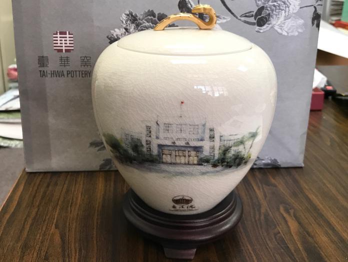 國會外交禮品「象牙白冰紋糖果罐」。(圖/記者王鼎鈞攝)