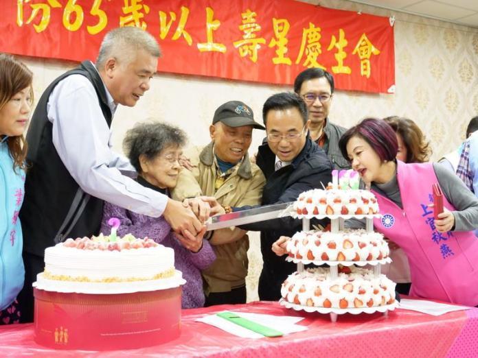 新春慶生喜洋洋吃蛋糕收禮金 竹東65歲以上長者享福利