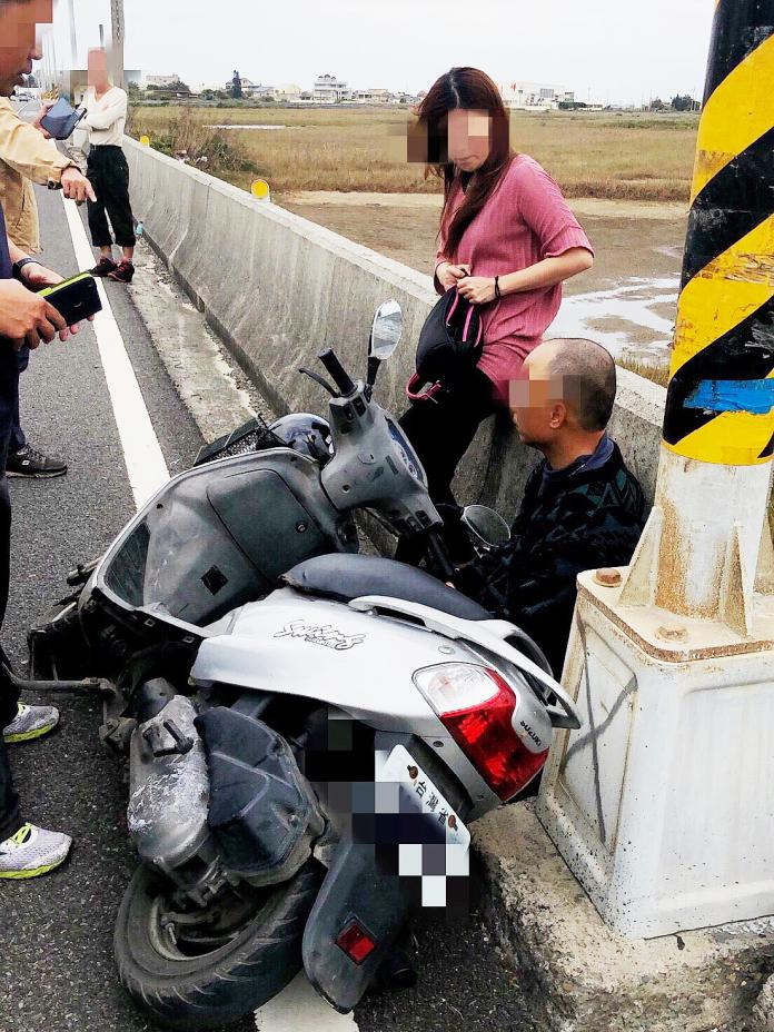 ▲警方在雲林縣口湖鄉發現吳男騎乘機車,一擁而上攔下吳男,將他逮捕。(圖/高市警局提供)