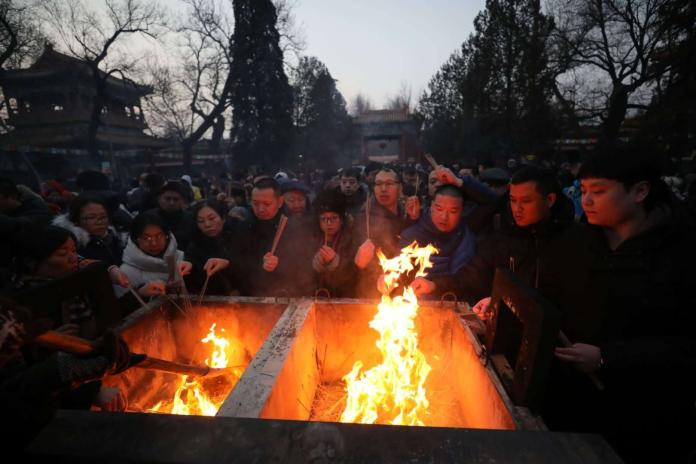 ▲大年初一到雍和宮上香,已經成為北京市民的一項傳統,不少民眾通宵排隊為搶頭香,圖個好彩頭。 (圖 / 翻攝自網路)