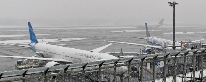 ▲東京都罕見降下大雪,羽田機場、成田機場逾150航班取消。(圖/美聯社/達志影像)