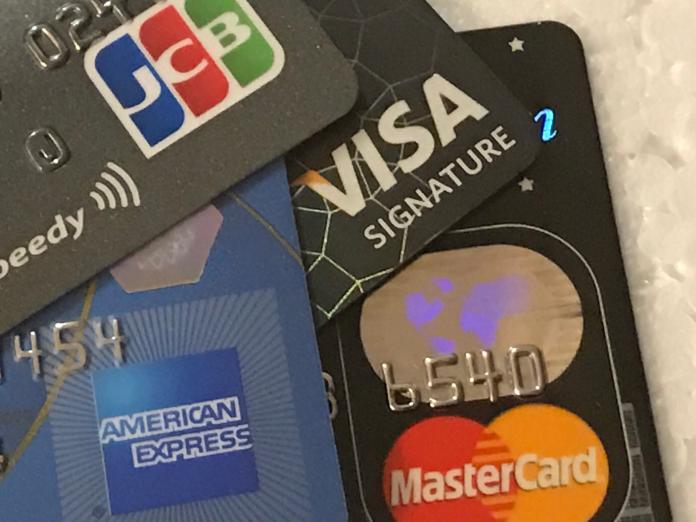 ▲原PO申辦信用卡,但銀行額度卻越給越低,內行秒懂背後原因。(示意圖/NOWnews資料照)