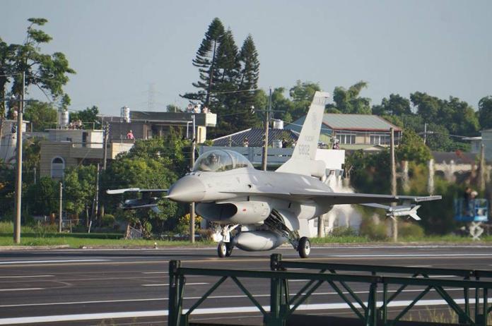 2014年9月,嘉義民雄戰備道起降演練,F-16戰機降落後實施油彈補給後再度起飛。(圖/記者呂炯昌攝)