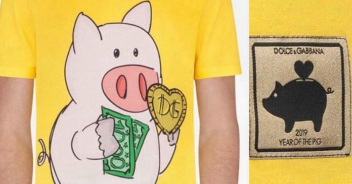 D&G推出的豬年系列T恤中,這款小豬拿D&G商標及一把鈔票,被質疑是在暗指中國大陸「人傻錢多」。(圖/翻攝網路)