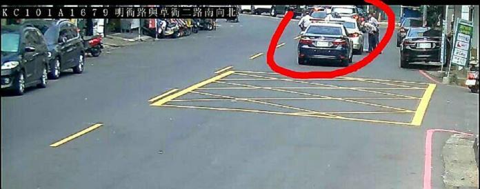 ▲警方在路上發現一部白色BMW轎車,上前查看發現駕駛和女乘客昏睡在車內。(圖/記者郭凱杰翻攝,2019.02.13)