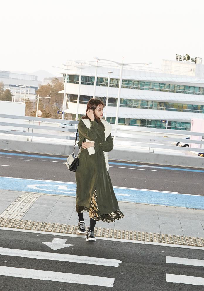 <br> 少女時代成員潤娥肩背 Cece 包,現身韓國機場。圖@Michael Kors