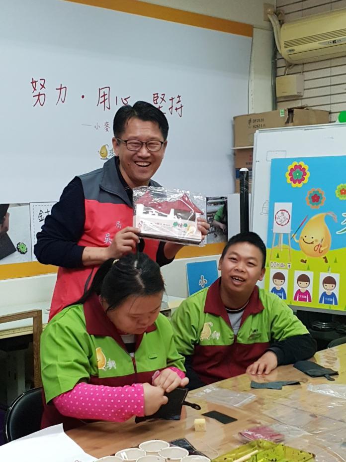 中市勞工局長新春拜年     不忘為庇護工場拉客打廣告