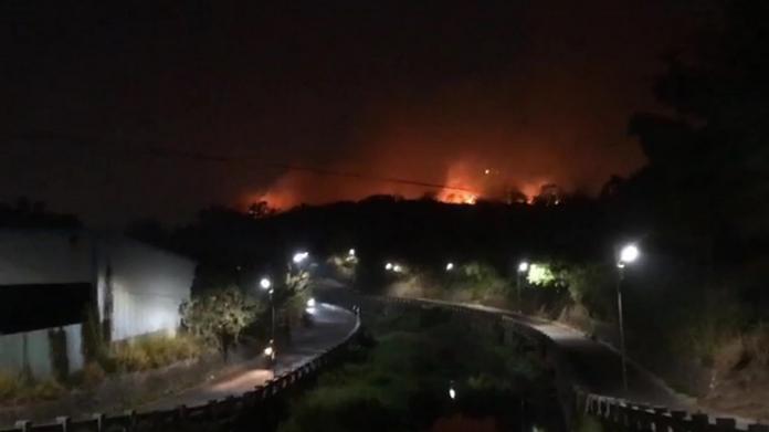 岸頭巷火燒山