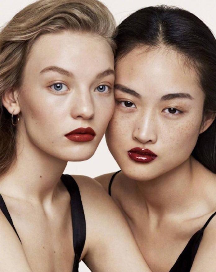 <br> ▲大陸模特兒李靜雯(右)臉上的雀斑,意外引發許多大陸網友的批評。(圖/翻攝自 ZARA 微博)