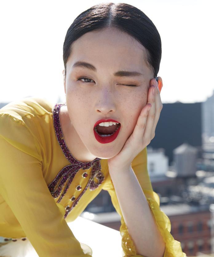 <br> ▲李靜雯是中國大陸 90 後知名模特兒,如今卻因拍攝 ZARA 廣告顯露臉上雀斑,意外引發風波。(圖/翻攝自微博)