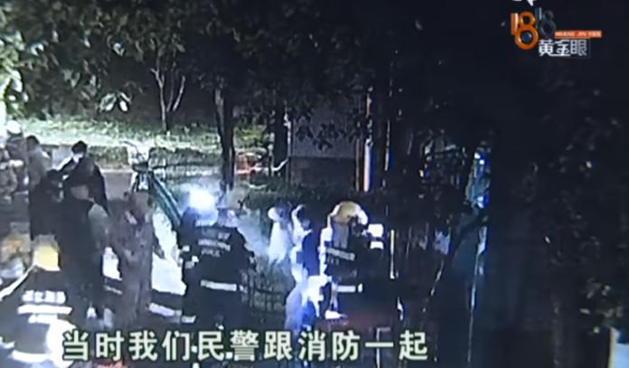 ▲當地民警與消防員在濃煙中,疏散了多名被困住的房客。(圖 / 翻攝自網路)