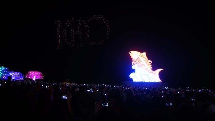 ▲Intel Technology燈光秀,為台灣燈會設計圖案,看到熟悉的屏東元素在夜空中呈現,不僅視覺效果驚人,更震撼全場觀眾的心。(圖/記者郭俊暉攝,2019.02.19)