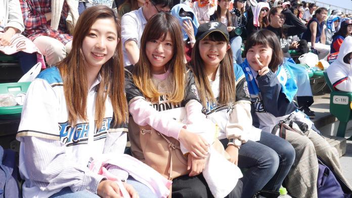 來自神戶的女球迷奧田春日(左一)與朋友都很期待王柏融。(圖/吳政紘攝)