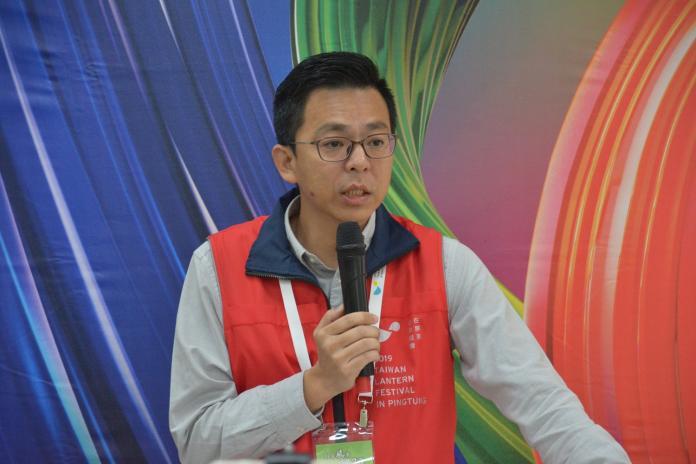 ▲2019台灣燈會辦公室主任黃建嘉強調「留車不留人」,再晚都會將遊客送上接駁車。(圖/屏縣府提供)