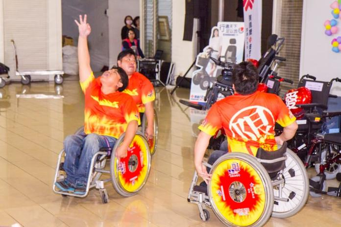 <br> ▲喜樂小兒麻痺協會「極限輪椅舞團」進行熱情又奔放的開場表演,透過極限輪椅舞舞蹈表演,來展現運用輪椅突破身體限制。(圖/記者陳雅芳攝,2019.02.26)